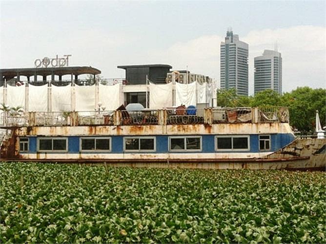 Cách đó không xa, một con tàu khác cũng gọi là 'tàu ma' vì đã không có người đặt chân đến nhiều năm nay.