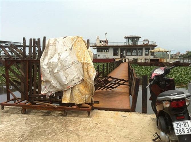Từ năm 2009 khi UBND TP Hà Nội ra lệnh di dời tất cả các nhà thuyền trên Hồ Tây và hồ Trúc Bạch, với lý do xả thải xuống Hồ Tây gây mất vệ sinh môi trường thì con tàu bị kéo về khu vực này và bỏ hoang từ đó cho tới nay.