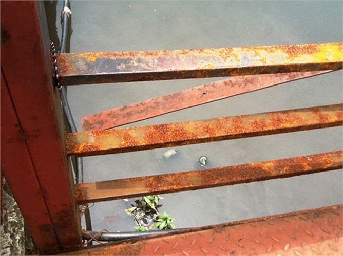 Lối vào tàu được làm bằng sắt đều đã ghỉ sét, bất cứ ai bước chân lên đây cũng có cảm giác mất an toàn.