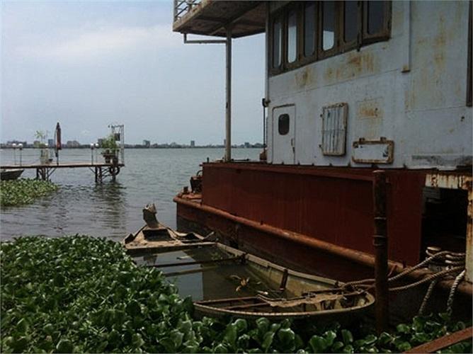 Các vật dụng, hạ tầng trên con tàu hoang phế, đổ nát vì rất lâu không có người sử dụng đến