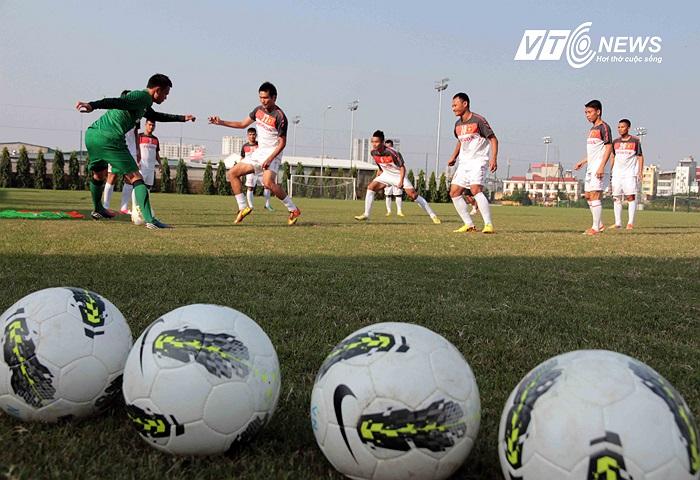 Trong khi các đàn em ở U19 Việt Nam bắt đầu hành trình chinh phục châu lục và tràn trề hy vọng giành vé dự vòng chung kết U19 châu Á thì các đàn anh ở ĐT Việt Nam đã 'hết cửa' dự vòng chung kết Asian Cup 2015.