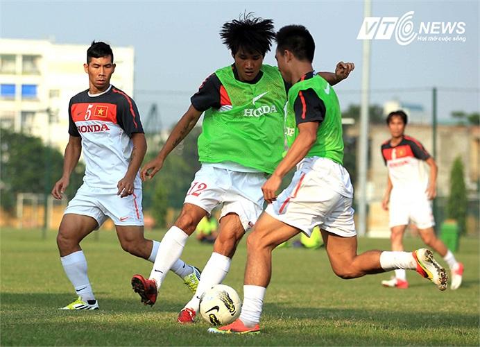 Tiền vệ Huỳnh Quốc Anh nỗ lực đi bóng.