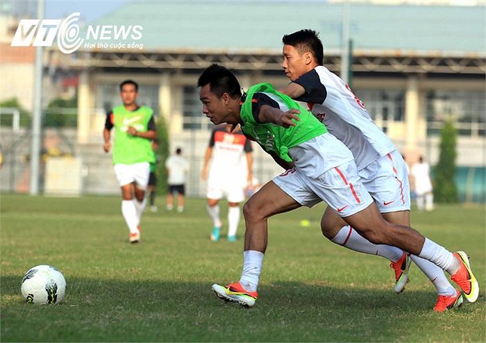 Xuân Thành nỗ lực truy cản Ngọc Duy. Là một hậu vệ nhưng Xuân Thành từng là 'Vua phá lưới' ở giải hạng Nhất mùa bóng 2010 và góp công lớn đưa Hà Nội ACB trở lại V-League.