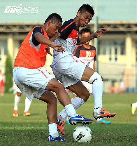Một tiền vệ được bổ sung khác là Văn Thắng có pha tranh chấp với tiền đạo Anh Đức. Văn Thắng đã có màn diễn ấn tượng trong màu áo U23 Việt Nam ở hai trận giao hữu gần đây.