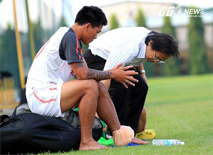 Tiền đạo Quang Hải gặp chấn thương trong buổi tập chiều qua và được Phó chủ tịch VFF Nguyễn Lân Trung tới hỏi thăm.