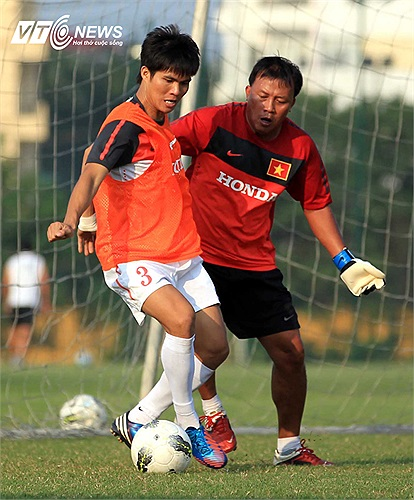 Hồng Sơn chấn thương, thủ thành bổ sung Trần Bửu Ngọc chưa kịp hội quân, buộc HLV thủ môn Văn Phụng phải vào sân thi đấu tập cùng các cầu thủ.