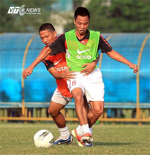 Hậu vệ mới được bổ sung Xuân Thành (áo xanh) và tiền đạo Anh Đức. Xuân Thành từng được triệu tập vào ĐTQG dưới thời HLV Henrique Calisto để chuẩn bị cho VFF Cup và AFF Suzuki Cup 2010