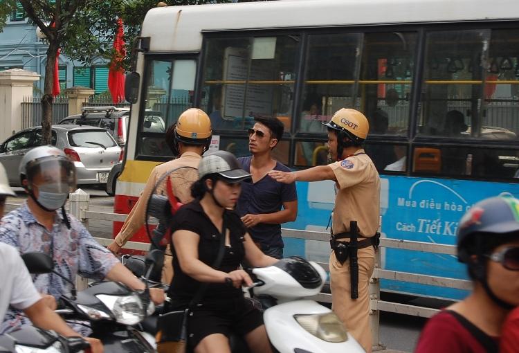 CSGT dừng xe vi phạm