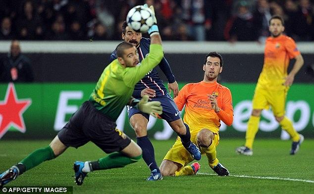 PSG đã nhập cuộc rất tốt và liên tiếp tạo ra những tình huống nguy hiểm trước khung thành Valdes. Lavezzi có cơ hội mở tỷ số cho PSG từ rất sớm. Tiếc rằng cú dứt điểm của tiền đạo người Argentina lại đưa bóng đi đúng cột dọc.