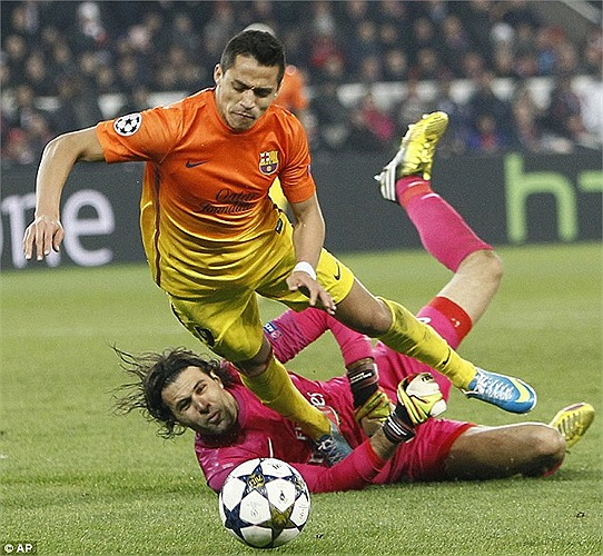 Barca một lần nữa vượt lên dẫn trước ở những phút cuối cùng của trận đấu. Xuất phát từ tình huống thủ thành Sirigu phạm lỗi với Sanchez trong vòng cấm.