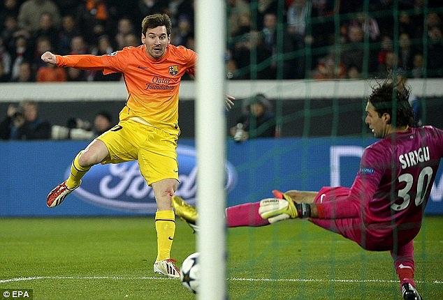 Phải tới phút 38, từ một đường chuyền xuất thần của Dani Alves. Messi mới phá bẫy việt vị, thoát xuống đối mặt với thủ thành Sirigu
