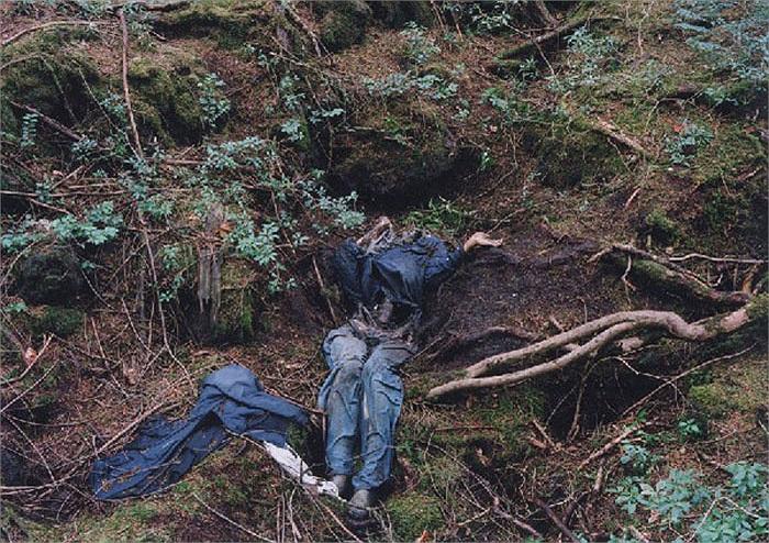 Những thi thể được tìm thấy, dù là mới hay chỉ còn xương sẽ được tập kết tại một trạm ở bìa rừng để an táng cho họ.
