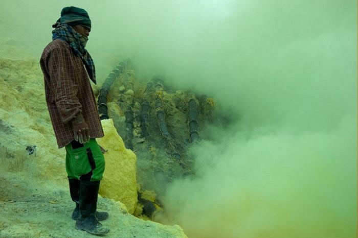 Khung cảnh bên miệng núi lửa Kawah (Indonesia) huyền ảo đầy màu sắc bởi nhiều loại khoáng sản kết tinh, các hồ acid và những làn khói sương dày đặc.