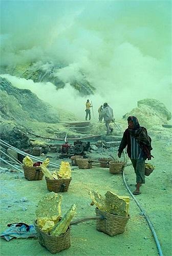 Tuy nhiên mối nguy hiểm thực sự nằm ở chính nơi khai thác, trong đó đáng nói nhất là làn sương khói độc hại dày đặc khắp nơi.