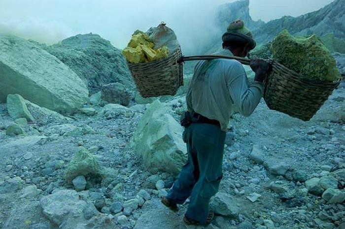 Thợ mỏ chỉ bịt mũi miệng qua loa bằng những miếng vải khô và làm việc nhiều giờ, trong khi người bình thường chỉ vào đây vài phút là đã nhức đầu, hoa mắt.