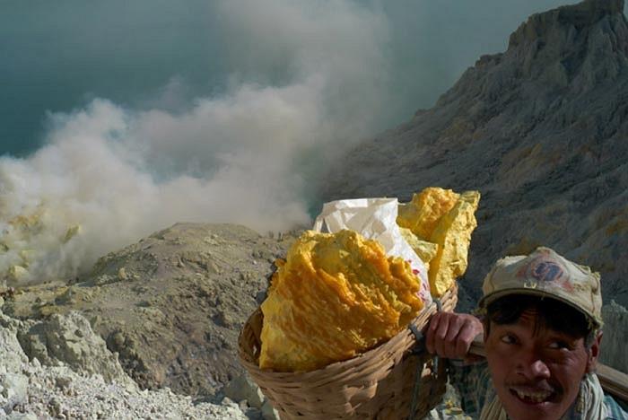 Họ được trả tiền theo khối lượng lưu huỳnh khai thác được. Những khối khoáng chất mà người đàn ông này đang gách ước chừng nặng khoảng 75-90kg.