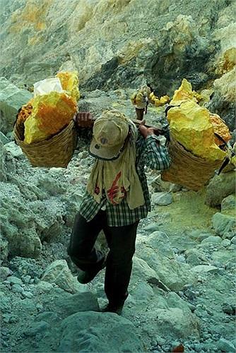 Họ vận chuyển khoáng sản theo cách hoàn toàn thủ công từ miệng núi lửa đi lên. Quãng đường chừng 300m rất mấp mô và dốc từ 45-60 độ.