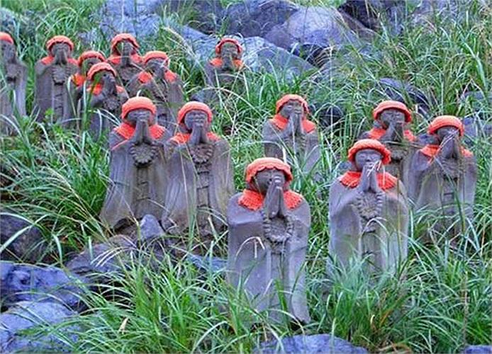 Tại những sườn núi cằn cỗi của ngọn núi lửa Chausudake thuộc tỉnh Tochigi có hàng trăm bức tượng thần Jizo đứng bên nhau, tạo thành một đội quân ma quái.