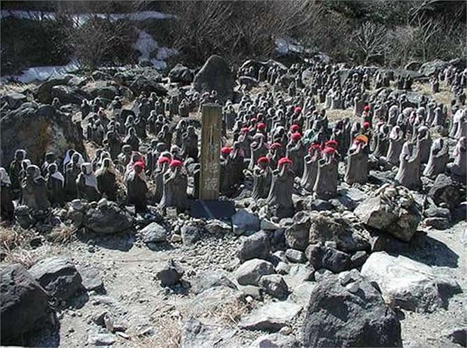 Tượng của thần Jizo thường được đặt ở các ngã tư đường để giúp cho du khách chọn được con đường tốt.