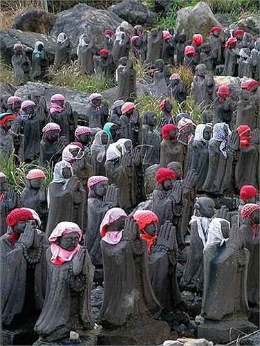 Do đó những bức tượng của thần Jizo cũng thường được trang trí với quần áo hoặc yếm của trẻ em.