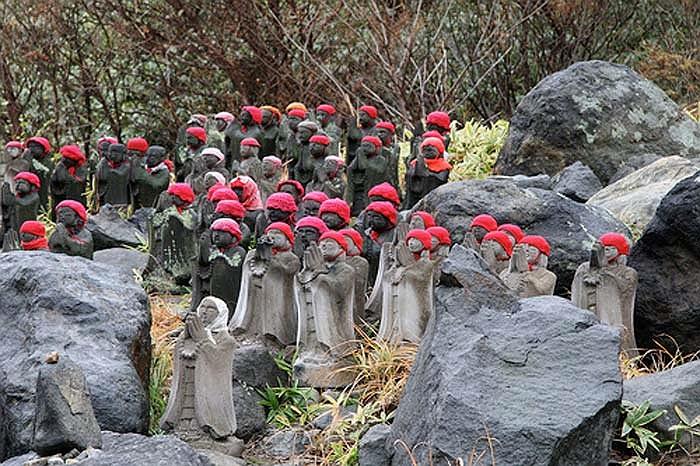 Những gia đình có trẻ em bị chết thường đem đồ chơi và quần áo của đứa trẻ tới đặt bên cạnh những bức tượng này để cầu xin thần Jizo bảo vệ cho linh hồn chúng.