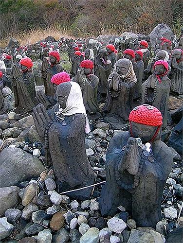 Người ta cũng đặt cả tiền lẻ trước những bức tượng để cầu xin may mắn, tài lộc cho bản thân.