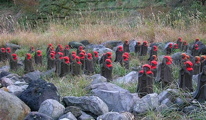 Tuy nhiên cảnh rất nhiều pho tượng bằng đá tập trung nơi sườn núi hoang vu cằn cỗi nơi đây lại tạo nên một vẻ ma quái khá đáng sợ.