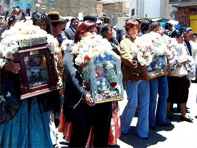 Phụ nữ địa phương mang theo những chiếc đầu lâu được đặt trong các hộp gỗ hay bìa cứng tụ tập bên ngoài nghĩa trang.