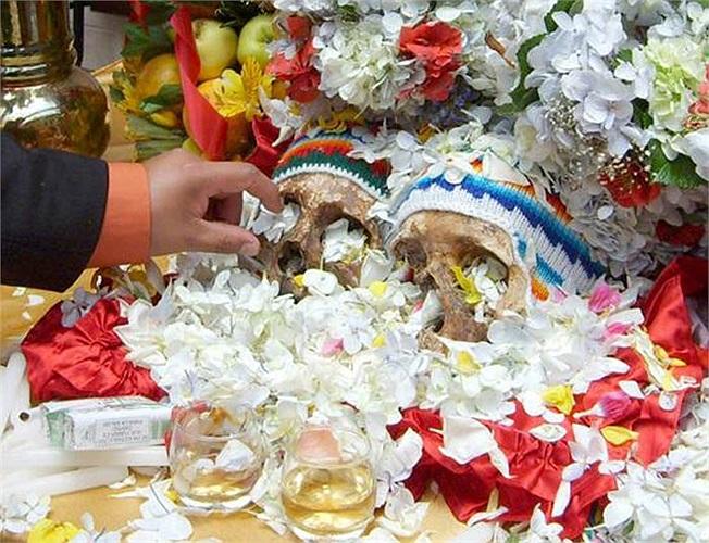Họ thi nhau trang trí chiếc đầu lâu của mình với hoa, nến và vải lụa, sao cho trông chúng thật bắt mắt.