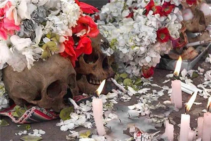 Do đó người ta thi nhau trang trí đầu lâu của những người thân đã mất để cầu xin linh hồn người chết chở che, giúp đỡ.