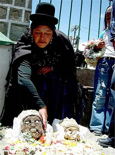 Nhiều gia đình còn thực hiện nghi lễ ướp phần đầu của người  thân đã chết để giữ gìn và thờ cúng.