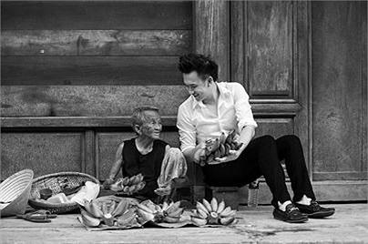Dương Triệu Vũ bên cụ bà bán chuối.