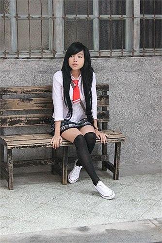 Elly Trần trong bộ đồ nữ sinh trung học.