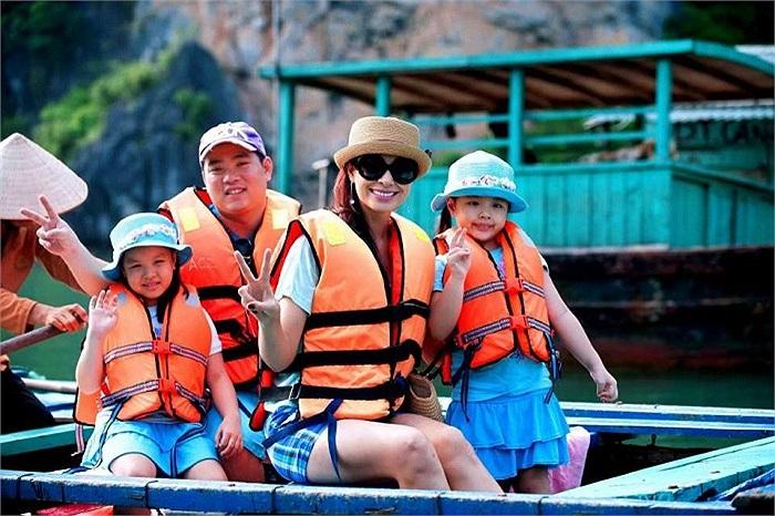 Gia đình siêu mẫu Thúy Hạnh vẫn đang có những ngày nghỉ ngơi ở vịnh Hạ Long.