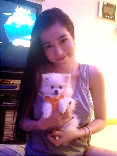 Cùng ngắm lại những khoảnh khắc đáng yêu của Elly bên chú cún cưng của cô.