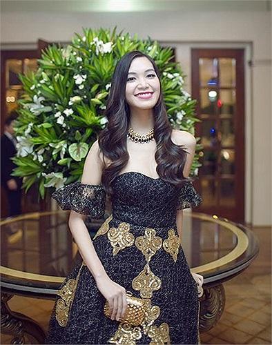 Hoa hậu Thùy Dung chia sẻ:  Những gì của mình thì nó sẽ là của mình, cuối cùng cũng sẽ quay về nơi mà nó thật sự thuộc về... Là lá la. P/s: Biết mình là ai !