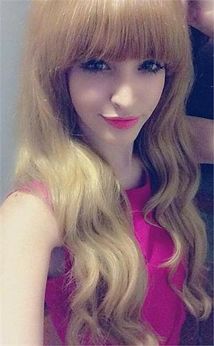 Andrea xinh như búp bê.