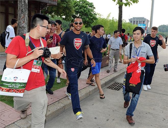 Không chỉ có Người chạy bộ, các cầu thủ Arsenal cũng bị người hâm mộ bám sát khi tới thăm chùa Một Cột