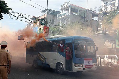 Xe chở CĐV Hải Phòng diễn hành trên đường phố. Các CĐV Hải Phòng đốt pháo khói mù mịt.