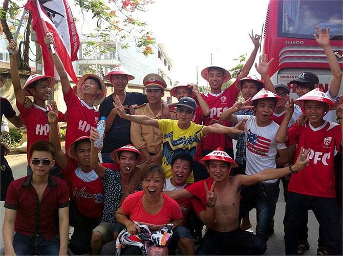 CĐV Hải Phòng tụ lại bên ngoài sân Ninh Bình trước giờ đấu.