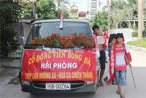 Một chiếc xe chở CĐV Hải Phòng mang theo hoa phượng.