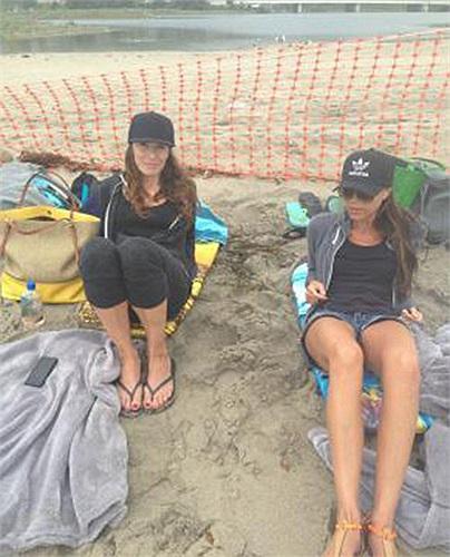 Tuần trước, Victoria Beckham còn đang du hí cùng cô bạn Tana Ramsay, vợ đầu bếp nổi tiếng Gordon Ramsay, trên bãi biển Malibu.