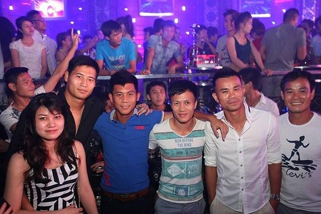 Tiền vệ đang khoác áo V.Ninh Bình là Mạnh Dũng thì có chuyến đi chơi cùng Xuân Luân.