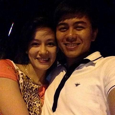 Trung vệ trẻ của SLNA Mạnh Hùng thì chụp ảnh khoe bạn gái xinh đẹp.