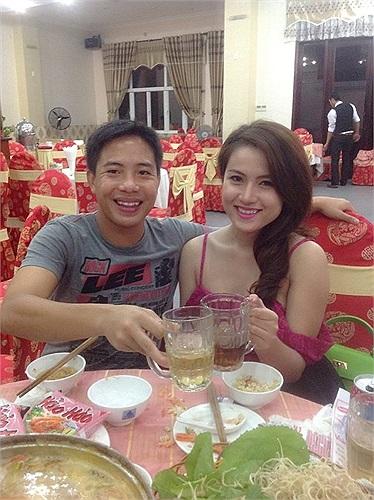 Tương tự, tiền vệ Hoàng Danh Ngọc khoe bạn gái Thanh Thảo bên bàn tiệc.