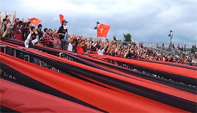 Họ còn mang cả quốc kỳ Việt Nam vào sân để cổ vũ cho Công Vinh.