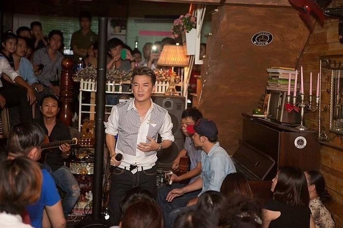 Bước lên sân khấu, cầm mic hát, Đàm Vĩnh Hưng luôn cháy hết mình.