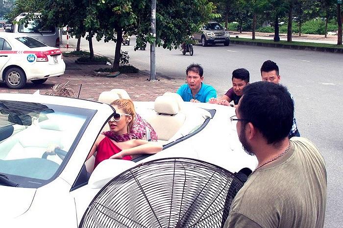 Quang Thắng mướt mồ hôi đẩy xe cho An Tây.