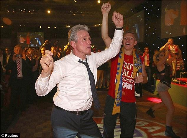 Ở tuổi 68, HLV Jupp Heynckes có thể giải nghệ vì cảm thấy mình đã già nhưng nhảy thì vô cùng sung.