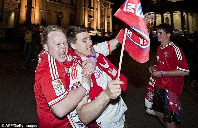 Bên ngoài khách sạn, các fan Bayern cũng đang tưng bừng.